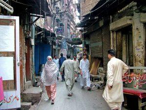 Una strada nella parte vecchia di Lahore (foto di Guilhem Vellut via Flickr)