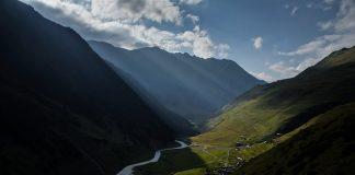 Uno straordinario paesaggio sulle montagne del Caucaso, una delle catene montuose più lunghe d'Europa