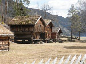 Vecchi fienili tra le Alpi Scandinave, in Norvegia