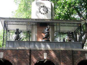 Il celebre orologio all'ingresso dello zoo di Central Park (foto di Ann Oro via Flickr)