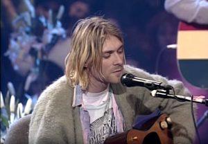 Kurt Cobain durante il celebre concerto MTV Unplugged