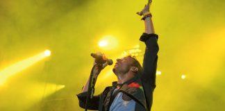 Chris Martin mentre canta le celebri frasi dei Coldplay (foto di Robert Scoble via Flickr)