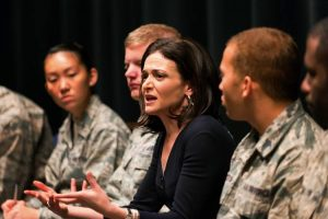 Sheryl Sandberg mentre parla a soldati e soldatesse americani