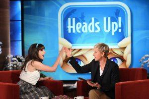 Ellen DeGeneres – qui con Zooey Deschanel – ha introdotto il gioco Chi sono io? nel suo talk-show, chiamandolo Heads Up!