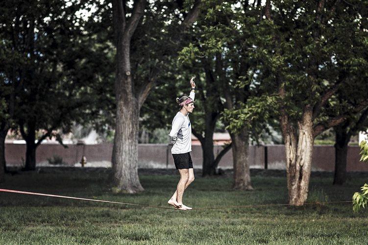 Tra i giochi per bambini da fare al chiuso, quello in cui si cerca di imitare un equilibrista è uno dei più divertenti
