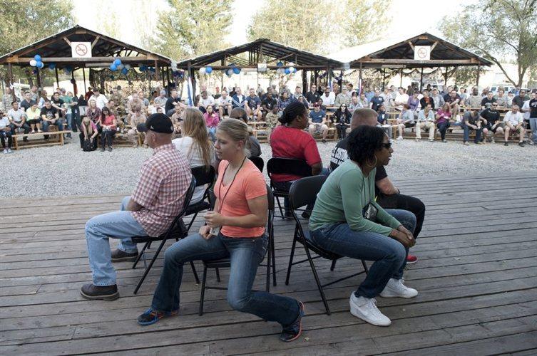 Il gioco delle sedie musicali fatto da alcuni adulti