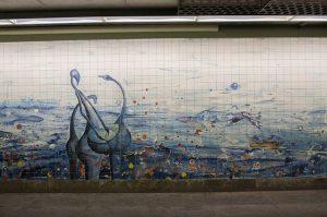 Il murale Febbraio 1998 di Abdoulaye Konaté alla stazione della metro Oriente di Lisbona (foto di Mika Stetsovski via Flickr)