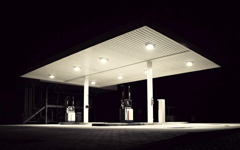 Un fuggitivo in un distributore di benzina
