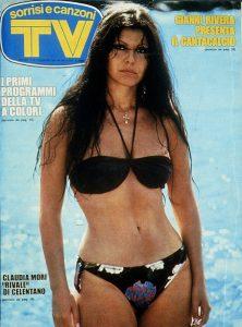 Claudia Mori fotografata in costume da bagno nel 1975, in un periodo in cui i costumi (e le foto pubblicate dalle riviste) stavano cominciando a cambiare
