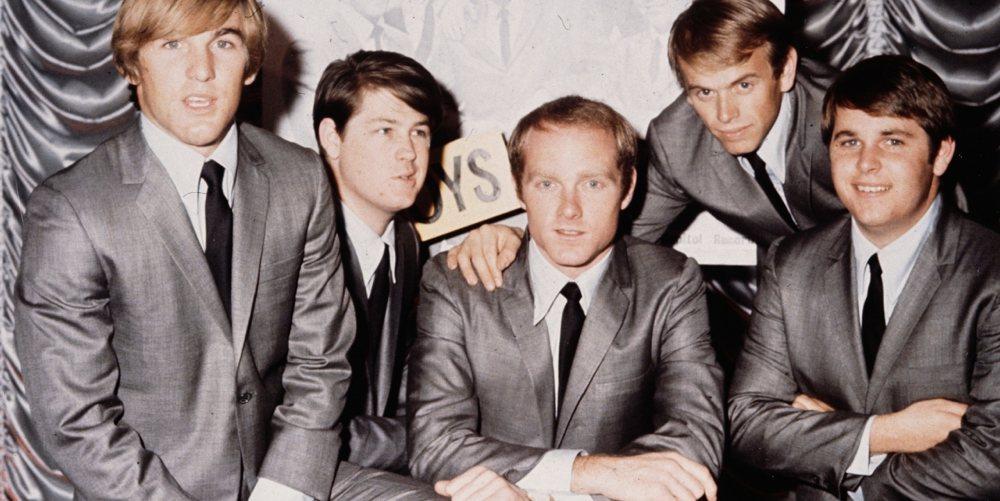 I Beach Boys nei primi anni '60: Mike Love è quello al centro, Brian Wilson è invece alla sua destra