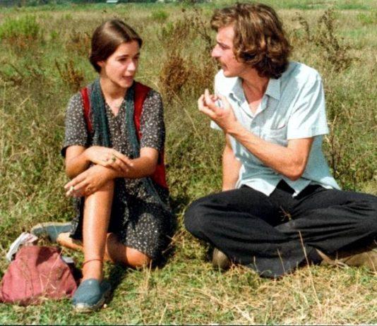 Michele e Cristina nella famosa scena di Ecce bombo in cui lei risponde con «Faccio cose, vedo gente»