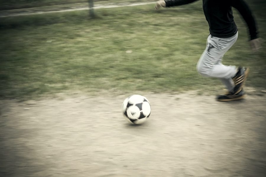 Un bambino che gioca a calcio