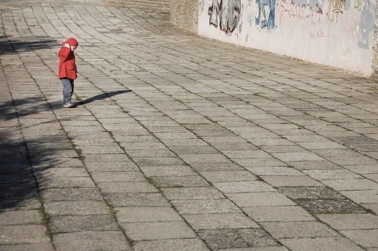 Per giocare a Palla avvelenata servono dei bambini, una palla e un muro