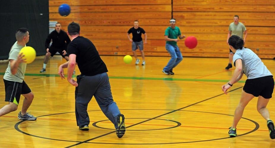 Ragazzi e adulti che giocano a dodgeball, versione competitiva di Palla prigioniera