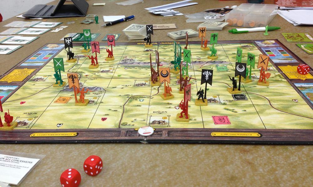 Il tavolo durante una tipica partita a un gioco di ruolo (foto di Celeste Lindell via Flickr)