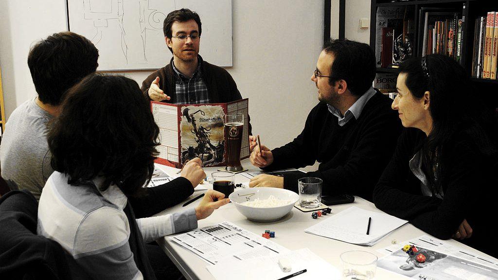 Giocatori di un gioco di ruolo attorno a un tavolo (foto di Diacritica via Wikimedia Commons)