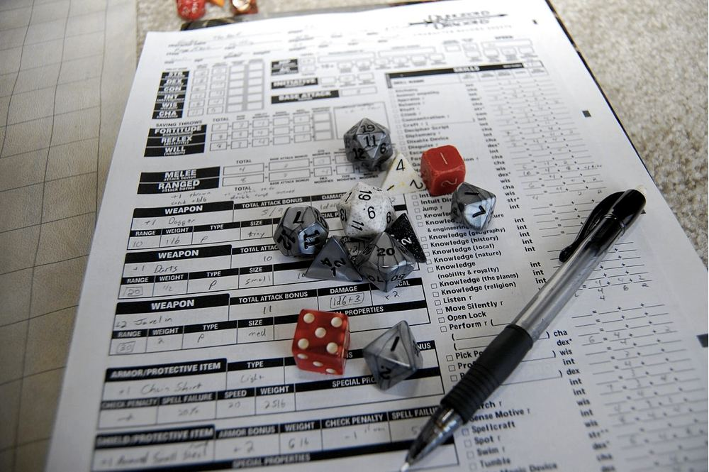 Dadi e scheda personaggio di giochi di ruolo (foto di James Jones via Flickr)