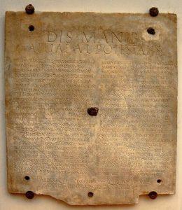L'iscrizione funebre di Allia Potestas (foto di Kleuske via Wikimedia Commons)