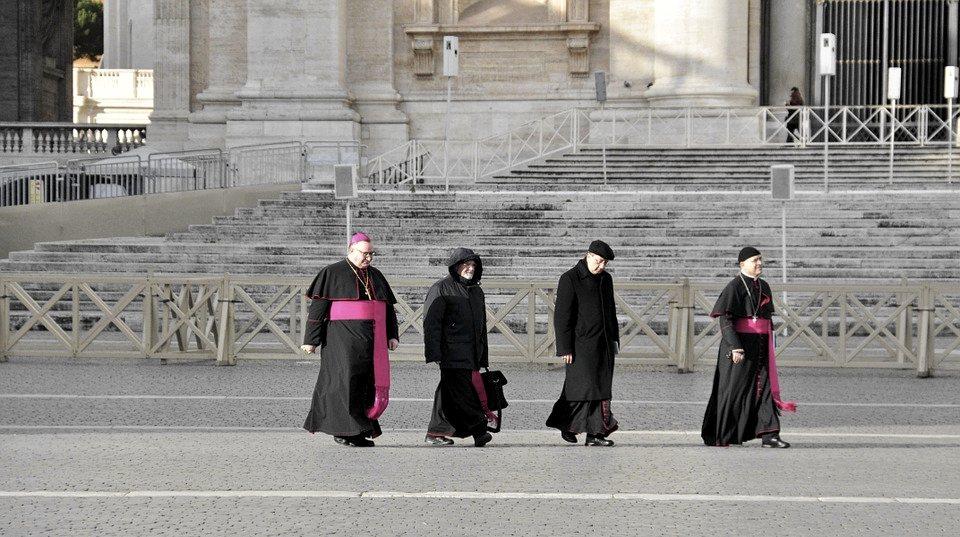 Vescovi cattolici davanti a San Pietro, a Roma