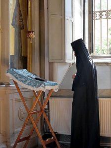 Un momento di preghiera in un monastero ortodosso