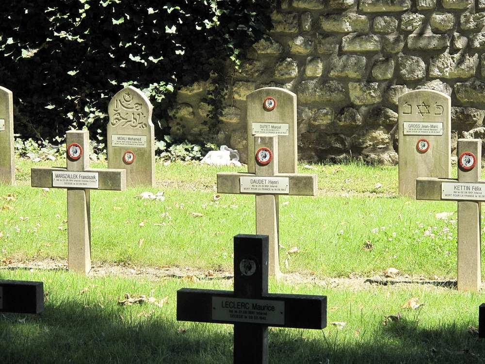 Tombe di tre diverse religioni in Europa, in particolare in Francia