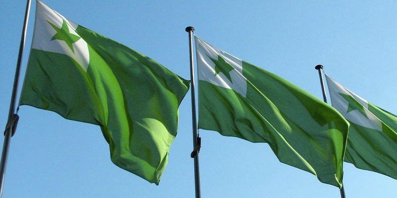La bandiera dell'esperanto, con la stella verde (foto di Ziko via Wikimedia Commons)