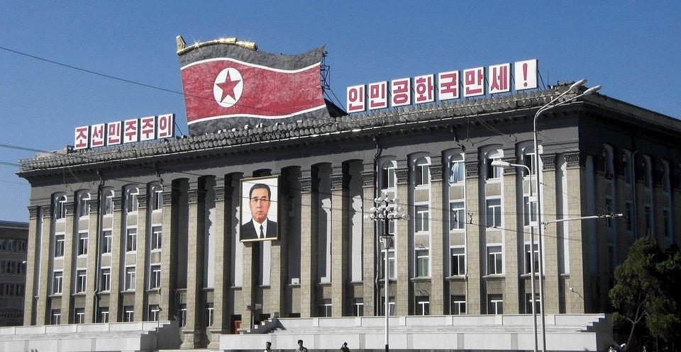 La bandiera della Corea del Nord su un palazzo governativo