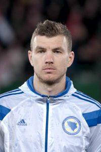 Edin Džeko prima di una partita con la Nazionale della Bosnia (foto di Ailura via Wikimedia Commons)