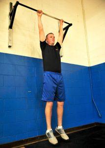 La sospensione alla sbarra è uno dei più usati esercizi per crescere in altezza