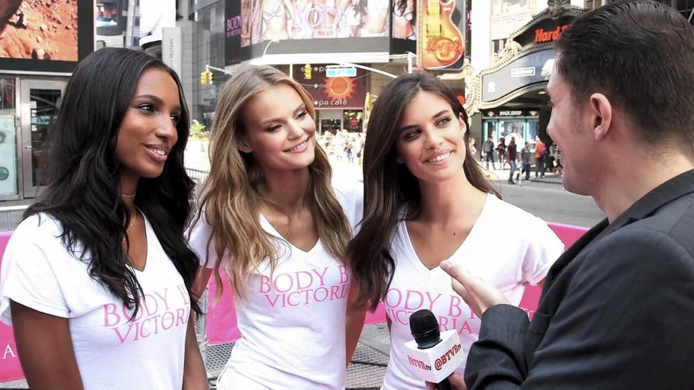 Jasmine Tookes, Kate Gregorieva & Sara Sampaio intervistate durante un evento di Victoria's Secret (via Behind The Velvet Rope TV)