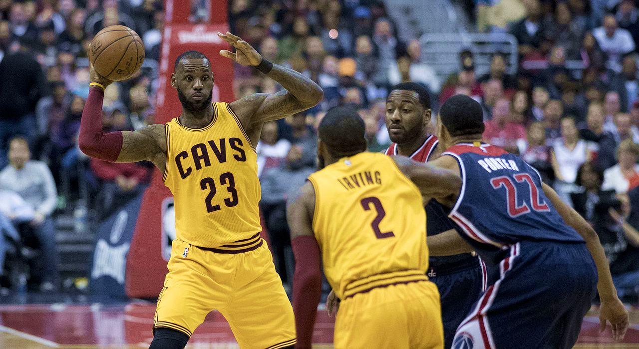 LeBron James e Kyrie Irving, due tra i più forti giocatori NBA, alla fine della stagione 2016/17