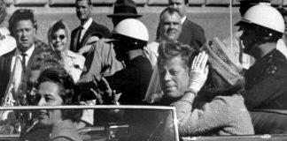 Kennedy in giro per Dallas, con Lady Babushka sullo sfondo