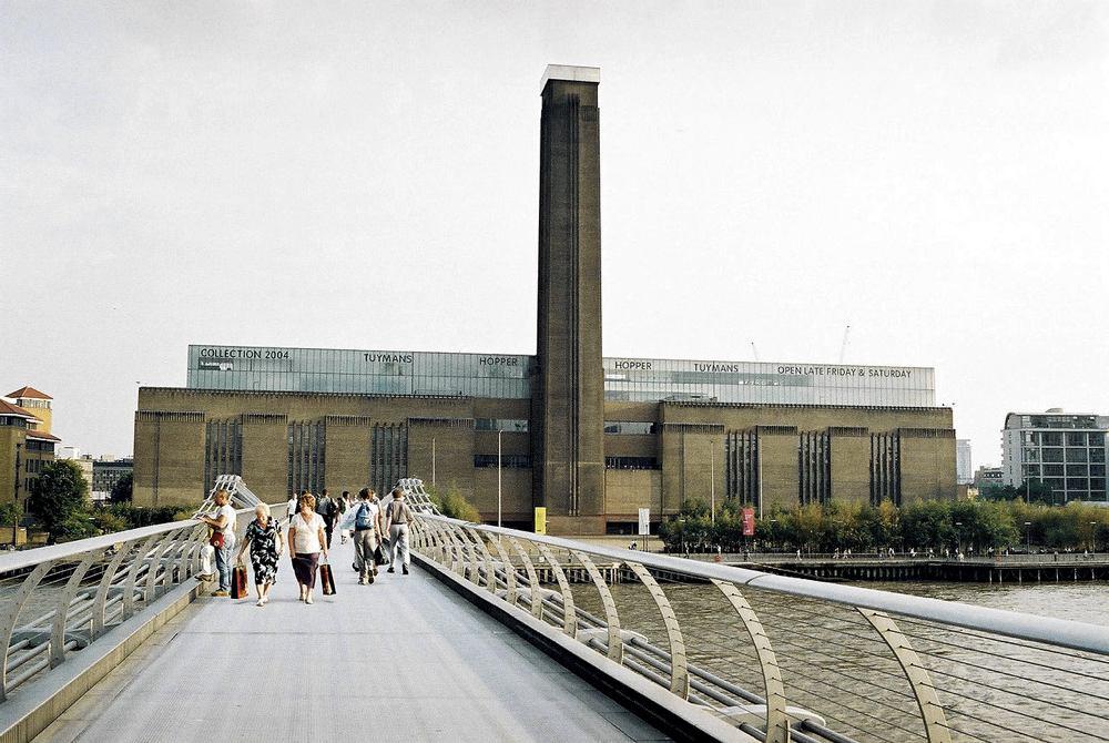 La Tate Modern vista dal Millennium Bridge (foto di Michal Louč via Wikimedia Commons)