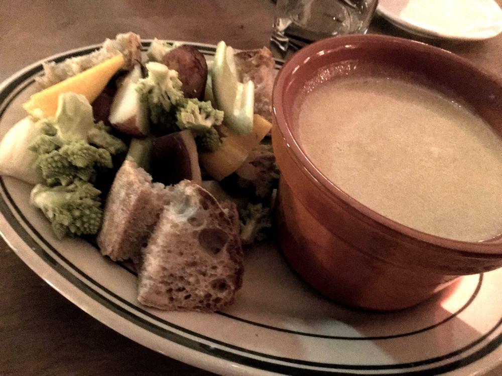 La bagna cauda, uno dei più famosi piatti tipici piemontesi