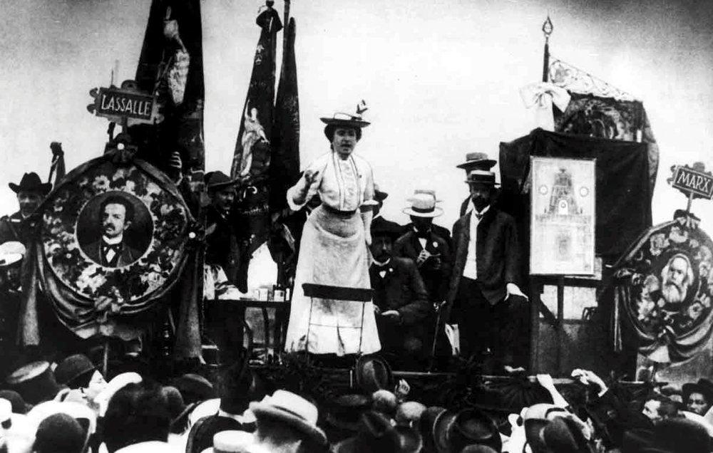 Rosa Luxemburg, leader spartachista, durante un comizio in Germania
