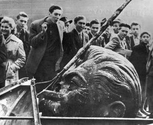 Rivoltosi ungheresi dopo aver abbattuto la statua di Stalin a Budapest