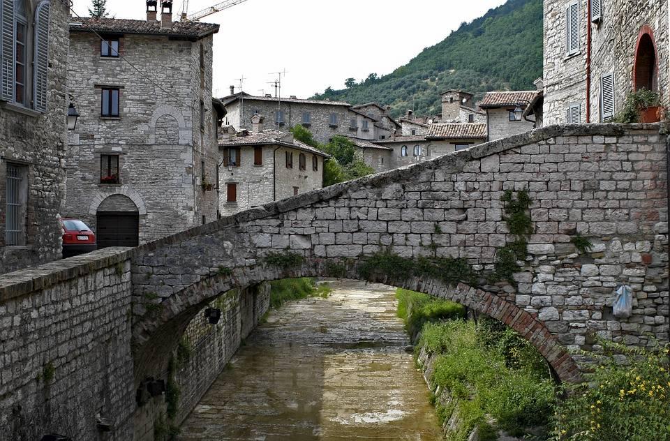 Un bello e caratteristico scorcio di Gubbio, che dimostra cosa vedere in Umbria (monumenti a parte)