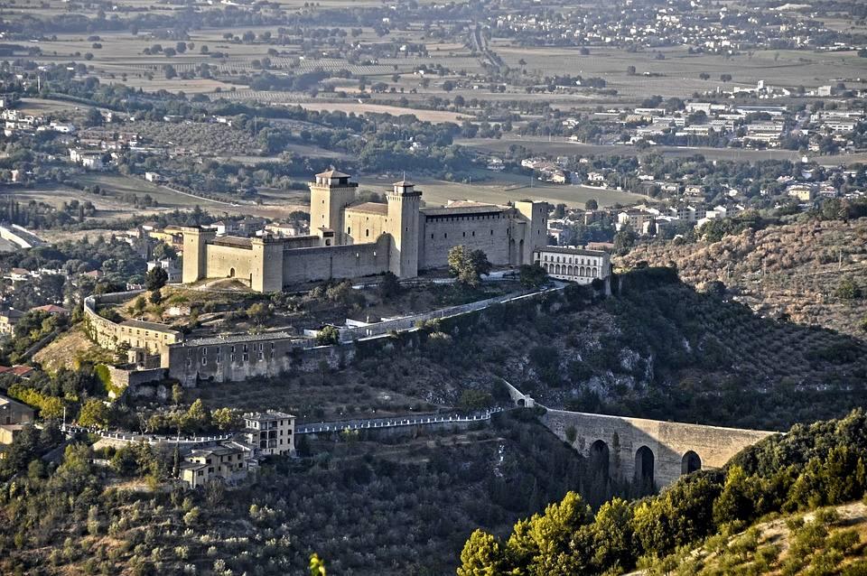 La Rocca Albornoziana e il Ponte delle Torri in una suggestiva foto dall'alto