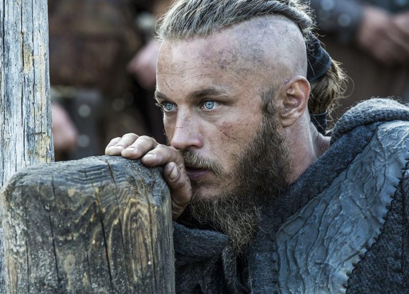 Travis Fimmel nei panni di Ragnar Lothbrok, il protagonista di Vikings