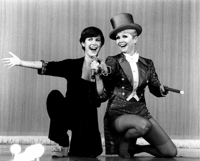 Una giovane Carrie Fisher con la madre Debbie Reynolds, in un'immagine tratta dal documentario sulle loro vite Bright Lights