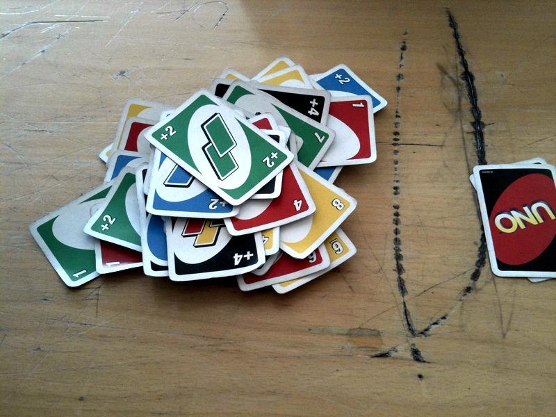 Un mazzo di carte da Uno appena scartate (foto di johnoa via Flickr)