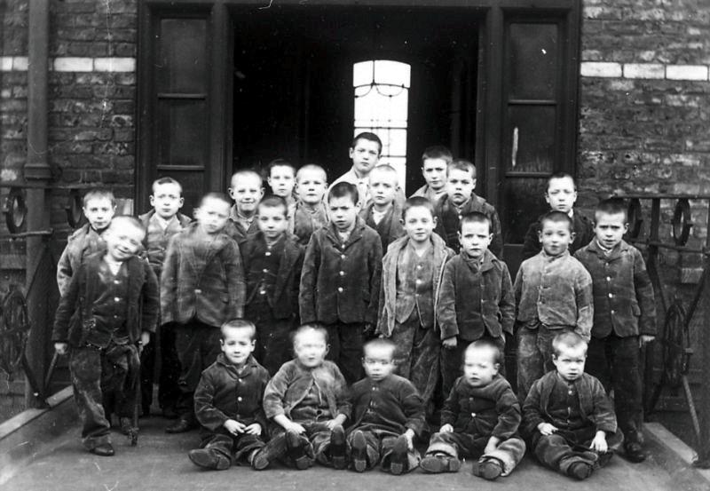 Ragazzi in una workhouse di Manchester alla fine dell'Ottocento