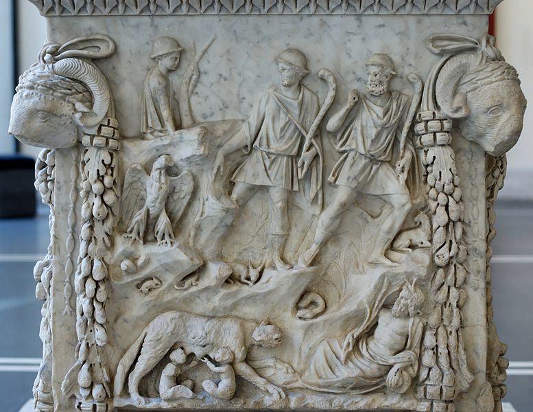 L'Altare di Marte e Venere, che qui raffigura la scena dell'allattamento di Romolo e Remo da parte della lupa