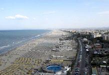 La spiaggia di Rimini fotografata dalla ruota panoramica (foto di Piiiiiiiiiiiiiiiiiiinna via Wikimedia Commons)