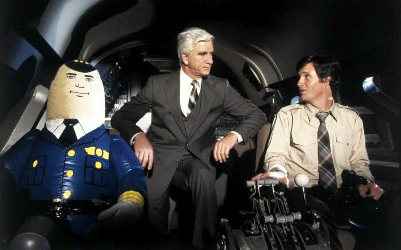Leslie Nielsen e Robert Hays in L'aereo più pazzo del mondo