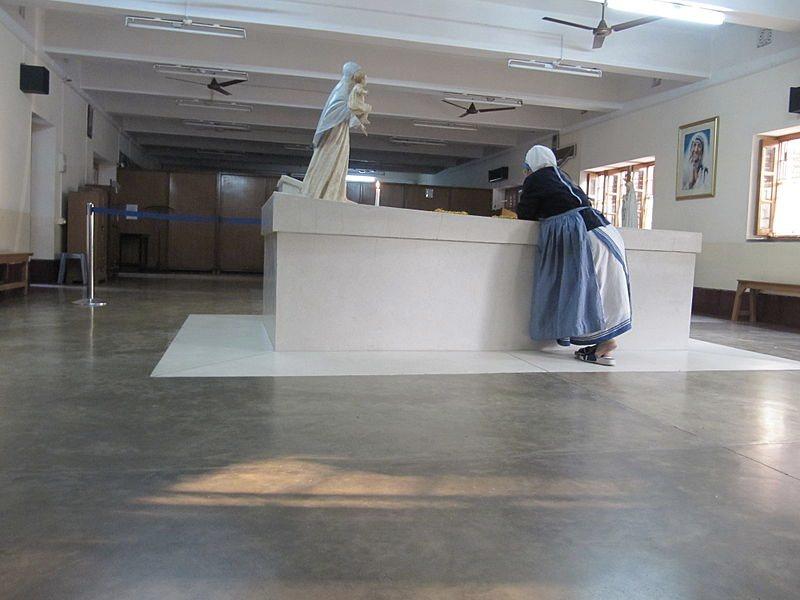 La tomba di Madre Teresa a Calcutta (foto di Ryan Hartman via Wikimedia Commons)