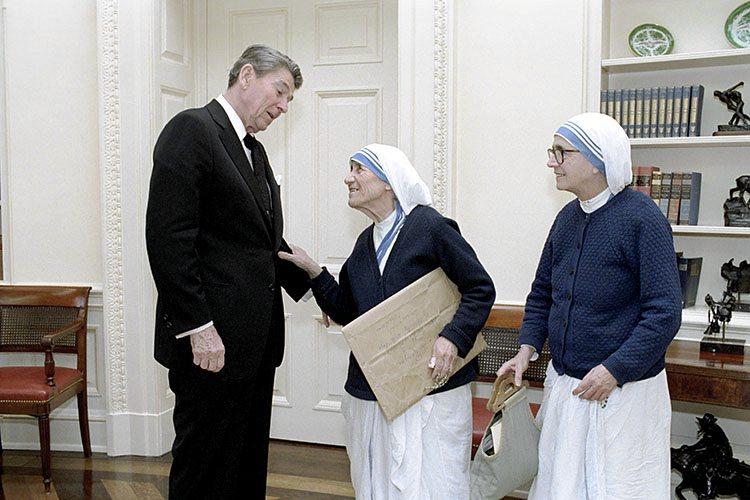 La visita di Madre Teresa alla Casa Bianca nel 1985, con Reagan presidente