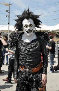 Un cosplayer di Ryuk, personaggio di Death Note (foto di Roger Murmann via Flickr)