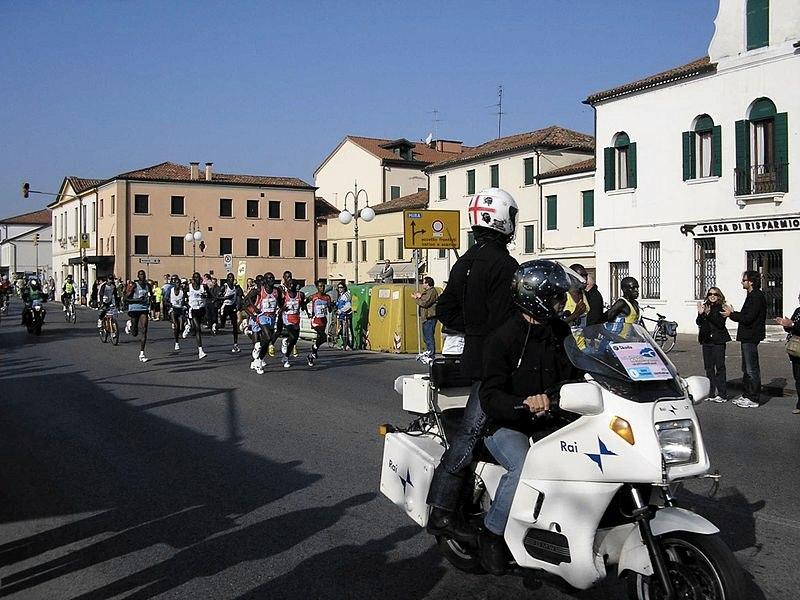 La maratona di Venezia quando ancora è dalle parti di Mira (foto di Dariozo via Wikimedia Commons)