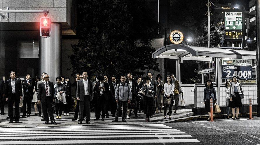 Uomini giapponesi a un passaggio pedonale